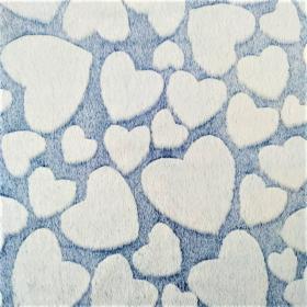 piel sintética con pelo corazon blanco fondo azul